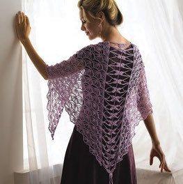 Mooie ragfijne  omslagdoek sjaal, vintage, gehaakt in licht paars van zachte koele heel dunne merino wol. met libelles op de rug. Lijkt op de mode van de dames jurken uit 17 e eeuw. Gala diner. Tuinfeest, zwoele zomeravond.Crochet dragon- fly Shawl, Scarf