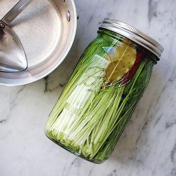 ■シャキシャキの水菜ピクルス  生で頂くことが多い水菜もヒグッチーニさんの手にかかればこの通り。シャキシャキ食感も楽しめるとってもスタイリッシュな水菜のピクルスの完成です。