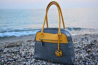 <p>Dalla Liguria arriva al Mipel di febbraio 2016 il design mediterraneo di Simona Poggi e Roberto Giannotti che firmano la Byrsabag, una innovativa linea di borse in pelle con elementi in ceramica.</p>