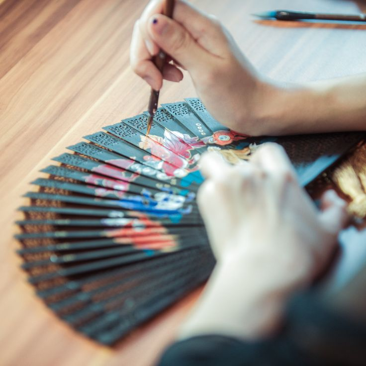 Black paper fan is the signature product of Wang Xing Ji, it takes 88 complicated procedures to produce one fan, and its fan ribs is embossed with very fine pattern. It's honoured in Hangzhou as a creation with divine craftmanship! #Chinese #Traditional #art #craftmanship #Wangxingji #divine #craft #handmade