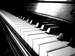 Muziek is belangrijk voor me, daar ben ik gek op. Je zult me vaak vinden achter mijn piano.