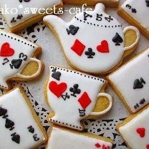 アリスのお茶会用に作ったクッキーを紹介させて下さいね! お話の中にトランプの兵隊たちが出てきます! 王女や王がトランプのハートのクイーンとハートのキング! 子ども達の身近にあって親しみや...