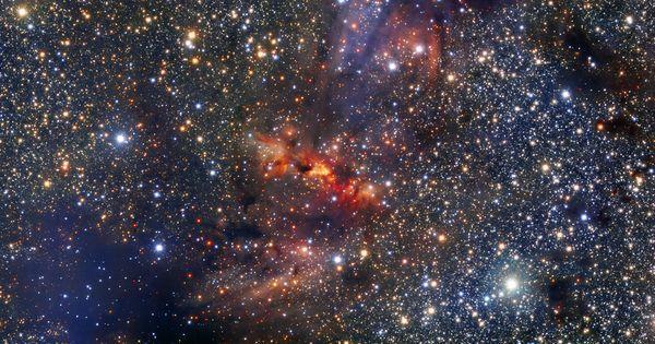 Esta imagen muestra una región de la Vía Láctea que se encuentra dentro de la constelación de Escorpio cerca del plano central de la galaxia. La región alberga una densa nube de polvo y gas asociada a la nube molecular IRAS 16562-3959 claramente visible como una mancha anaranjada que destaca de entre la rica colección de estrellas del centro de la imagen.