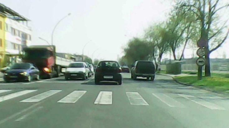 A felvétel Miskolcon készült, a reggeli forgalomban, menetrögzítő kamerával.