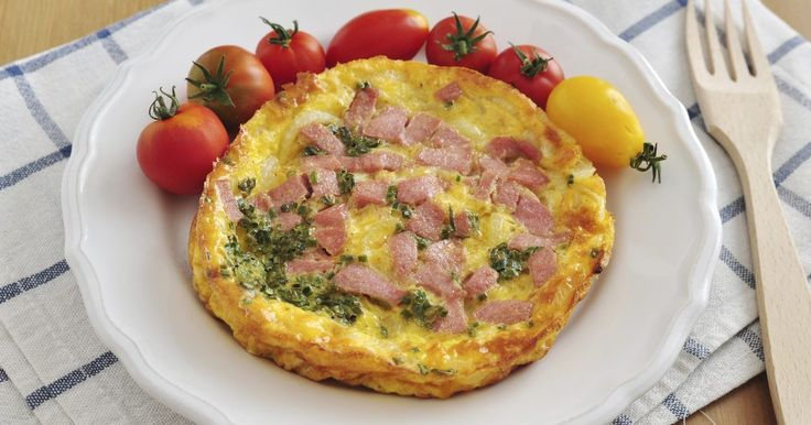 As calorias em um omelete com três ovos e presunto e queijo. Um omelete de três ovos com presunto e queijo contém de 300 a 500 calorias. O queijo e os ovos fornecem o maior número de calorias, mas você pode usar um queijo com baixo teor de gordura, assim como usar apenas as claras de ovos para diminuir a contagem de calorias.