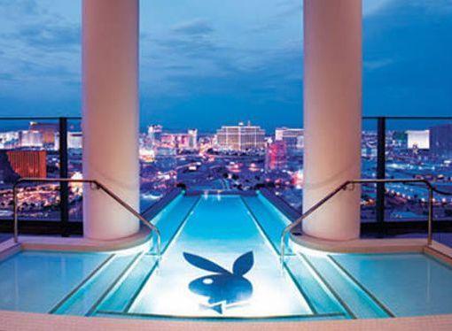 El nuevo Hugh Hefner Sky Villa en the Palms Las Vegas  incluye esta piscina de Playboy en la parte superior de la torre. La piscina se encuentra dentro de la bañera de hidromasaje y está fuera, ambos con impresionantes vistas de la Franja.