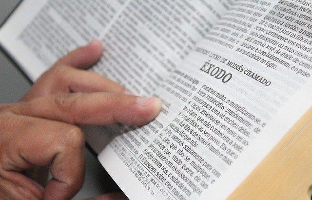 COMO ESTUDAR A BÍBLIA? Através do estudo da Bíblia chegamos a conhecer a verdade que nos liberta (João 8:32). Entretanto, muitas pessoas que acreditam que o estudo da Bíblia é importante nunca aprenderam como estudar efetivamente e entender a mensagem da revelação de Deus. Consideremos algumas sugestões práticas de coisas que nos ajudarão a ser …