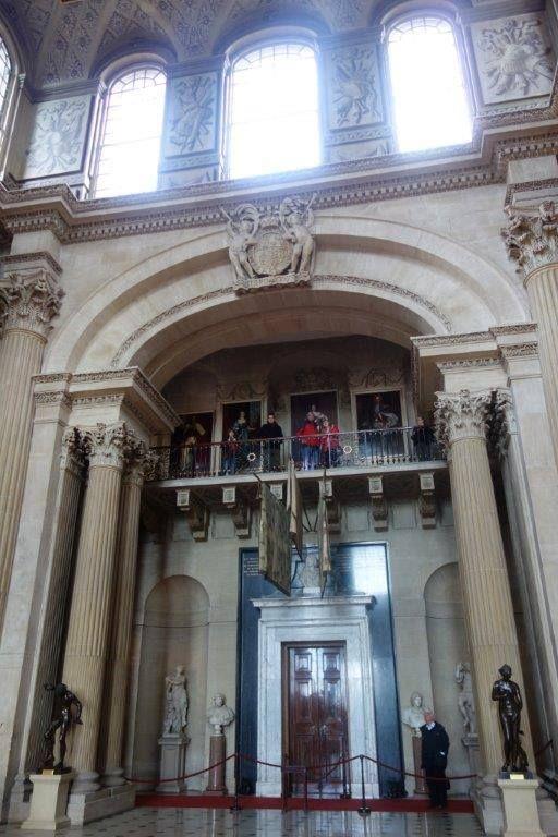 Evin içi John Vanbrugh tarafından tasarlanmış. Nicholas Hawksmoor tarafından bitirilmiş... Daha fazla bilgi ve fotoğraf için ; http://www.geziyorum.net/blenheim-palace/