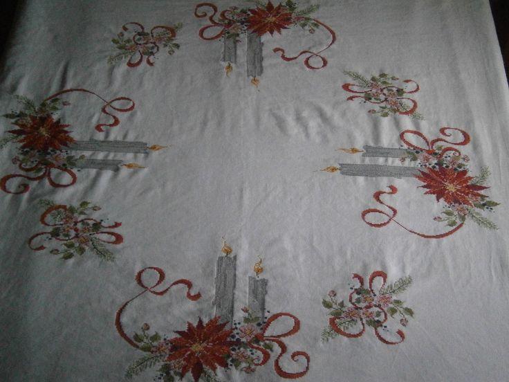 Mantel navideño de 150 x 150 bordado en lino.