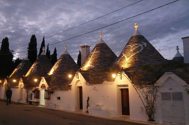 とんがりお屋根の家『トゥルッリ』が建ち並ぶ南イタリアの街『アルベロベッロ』。一歩足を街にを踏み入れれば、そこはまるでお伽の国の世界のような街並みが広がります。