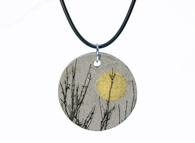 Wunderschöner Betonanhänger ... mit dunklen Gräsern oder Ästen vor einem Mond aus Blattgold (schimmert unterschiedlich je nach Lichteinfall). Beton und Natur ... bilden ein spannendes Miteinander....