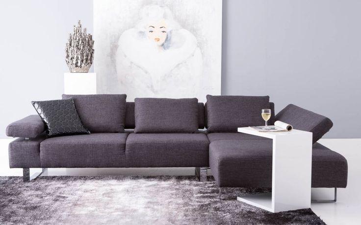 Met dit moderne 3-zits meubel met chaise longue volgens Italiaans design kunt u gezien worden. Met haar verstelbare armen, open rug en stijlvolle sledepoten krijgt hoekbank Mazzo een zwevend karakter. Mazzo is voorzien van polyethervulling, ondersteunt door een stalen nosagvering, wat zorgt voor jarenlang zitplezier. Hoekbank Mazzo is uitgevoerd in een stijlvolle, graffietkleurige stoffering en wordt geleverd met 3 grote rugkussens. U ontvangt een 3 zits arm links + chaise longue rechts.
