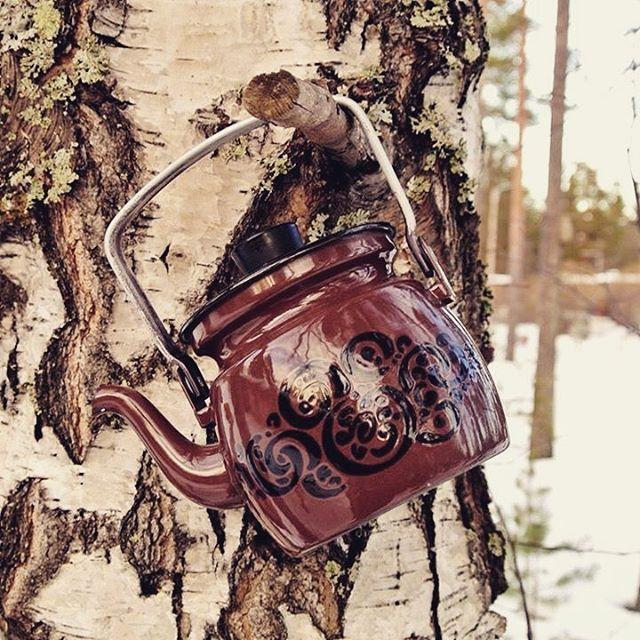 Small brown enamel kettle from Finel. Pattern name Orient. #vauvapannu #emalipannu #enamelkettle #enamelware #emali #emalj #vintageenamel #retro #retrokök #vintagekitchen #finel #finelfinland #arabiafinland #koivu #birch