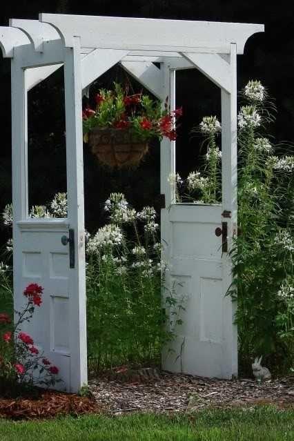 Kreativ rosenbue // Skab plads i din have ved at opdele den i mindre områder - et par gamle døre kan snildt genanvendes til at skabe et romantisk indgangparti uanset om den placeres i for- eller baghaven. Pynt evt. med klatrende planter og et par krukker med blomster i lysende farver; det skaber fokus men sørger for en blød harmoni.