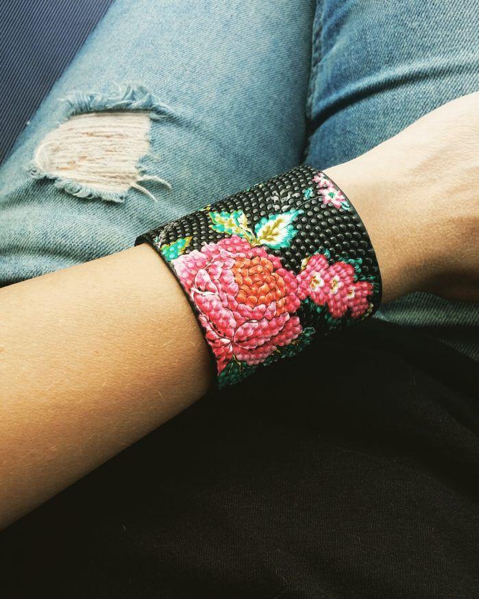 Manchette tendance 2017 . Un bracelet créateur tendance automne hiver qui sublimera toutes vos tenues. Bracelet réglable convient à tous les poignets. #braceletmanchette