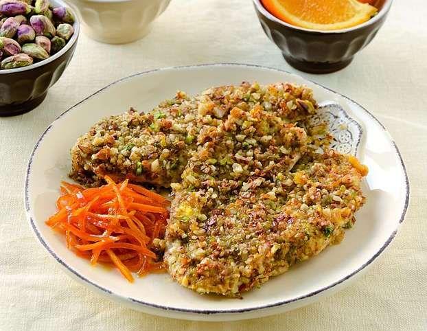 La ricetta del petto di anatra aromatizzato all'arancia con una croccante panatura a base di pistacchi e mandorle