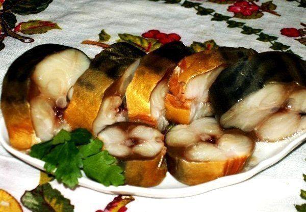 """Солёная, маринованная, копчёная рыбка легко! Самые вкусные рецепты!  1. СКУМБРИЯ ЗА ТРИ МИНУТЫ! ▬▬▬▬▬▬▬▬▬▬▬▬▬▬▬▬▬▬▬▬▬▬▬▬▬▬▬▬ """" Этот рецепт маме рассказала продавщица рыбы на рынке. Он настолько элементарный, что я поразилась такому отличному результату. Конечно это а-ля копченая скумбрия , так как копчением в рецепте и не пахнет, но вкус у рыбки великолепный.  Ингредиенты:  Скумбрия (средняя) — 1 шт Луковая шелуха (сколько есть, на глаз) Соль (ложки без верха) — 5 ст.л. Вода — 1 л…"""