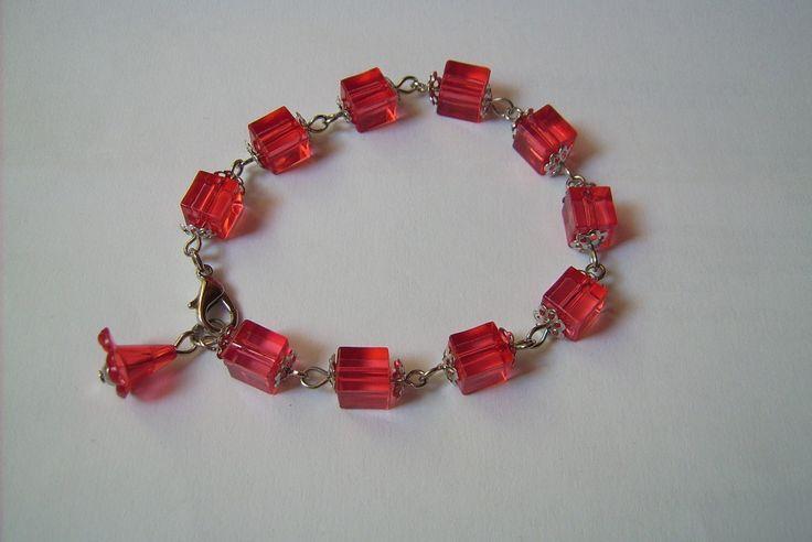 Piros színű, akril gyöngyös karkötő Ára: 350.-Ft.