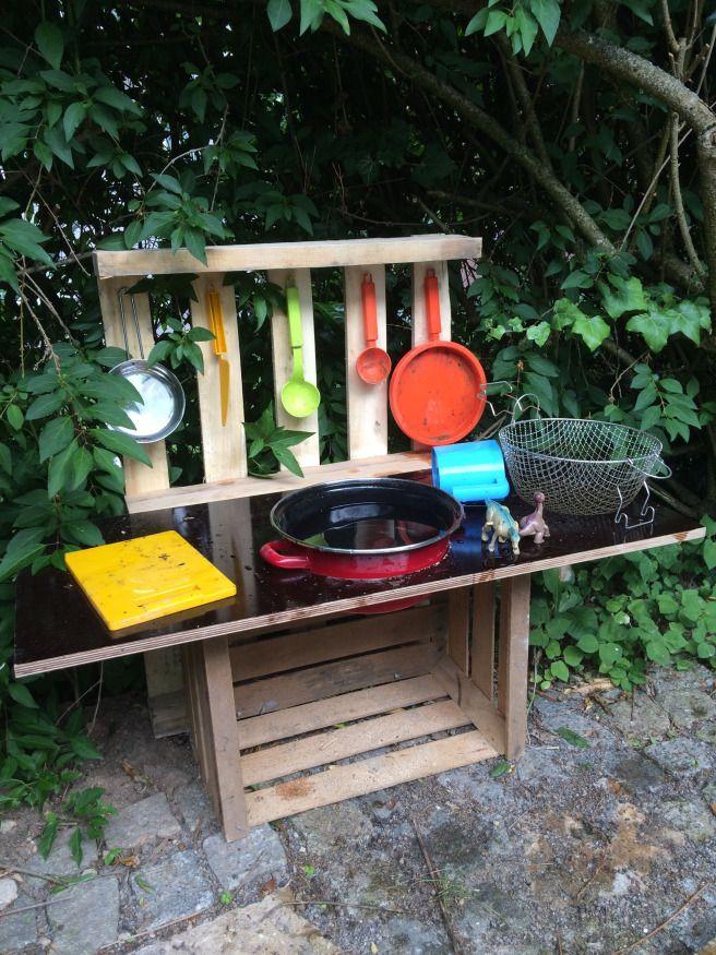 DIY Matschküche für Kinder für den Garten aus einer alten Weinkiste und einer Europalette. Wird hier sehr geliebt und viel bespielt. https://dasbrauchstdu.wordpress.com/