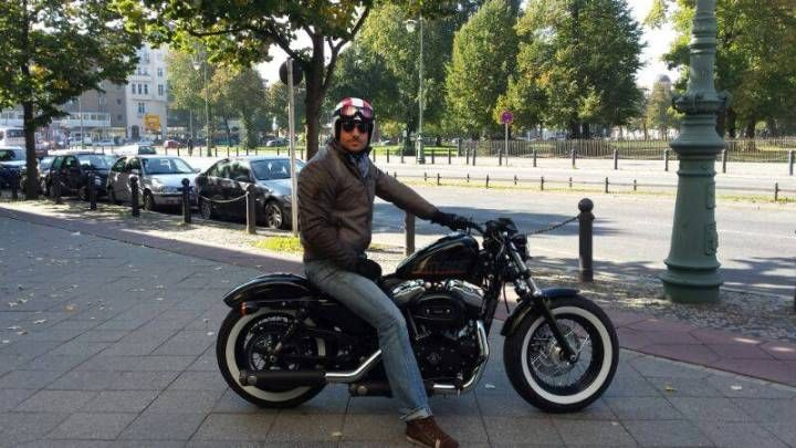 Bachelor 2014 Christian Tews auf einem Motorrad in Berlin
