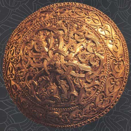 Broche en or trouvée au Danemark et datée de l'an 1000 (Musée historique national de Stockholm). By Mararie. Licence