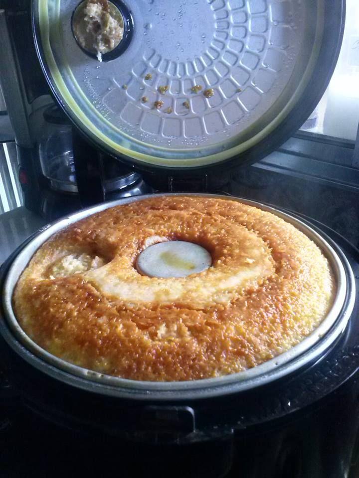 Pudim de pão na panela elétrica de arroz. Fácil e prático,anote a receita  Ingredientes  3 ovos 3 pães amanhecidos 1 cx de creme leite 2 xc de leite 10 colheres de açucar 1 colher de margarina e fermento a gosto. *nao