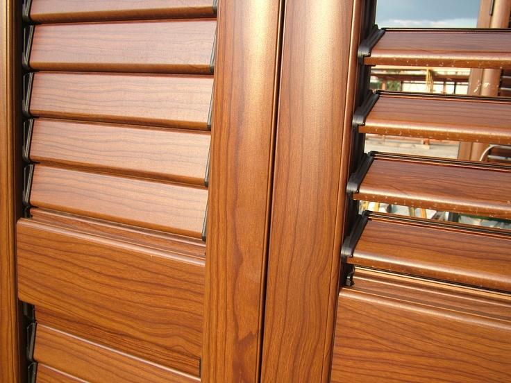 Persiana orientabile medisol: particolare vista esterna, finitura tinto legno noce fiammata.