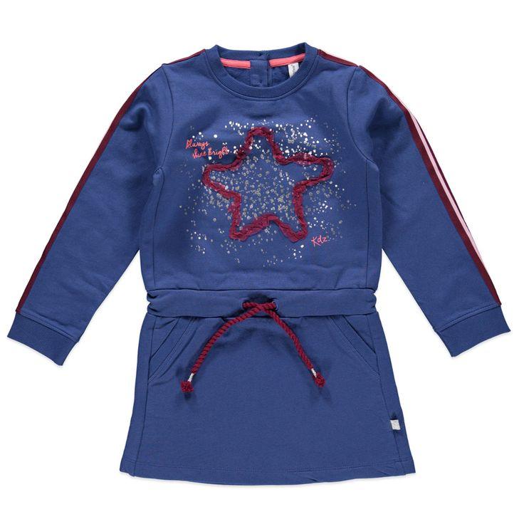Kidzface jurk voor meisjes in de kleur blauw. Dit sweatstof Kidzface jurkje, uit de winter collectie, is gemaakt van katoen met elastan. Draag hem met een Kidzface maillot of legging. De jurk is verkrijgbaar in de maten 110-116 t/m 146-152 en achter bij de hals een splitje met knoopsluiting. Op de voorkant twee steekzakken en een grote print versierd met glimmende en stoffen accenten. De uiteinden van de mouwen hebben elastische boorden.  Artikelnummer: 6238792 Seizoen: winter…