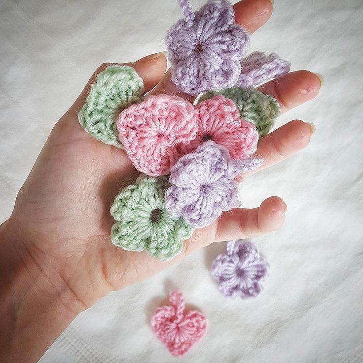Självklart går det att beställa dessa  10kr/st och finns i färgerna som är på bilden  | Hoppas du har en supertrevlig onsdag   ___________ #crochet #lovecrochet #virka #crocheting #crochetaddict #virkat #DIY #homemade #yarn #heart #flower #påsk #ester #vårkänslor #pastell #inredning #egendesign #madewithlove #instacrochet #interiordesign #påskris by tordsdotterliving