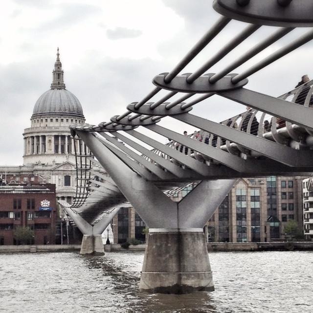Norman Foster - Bridge in London - Millenium Bridge. Diseño Innovador con una estructura resultante de 325 mts. Alumino y Hormigón. Arquitectura Urbana