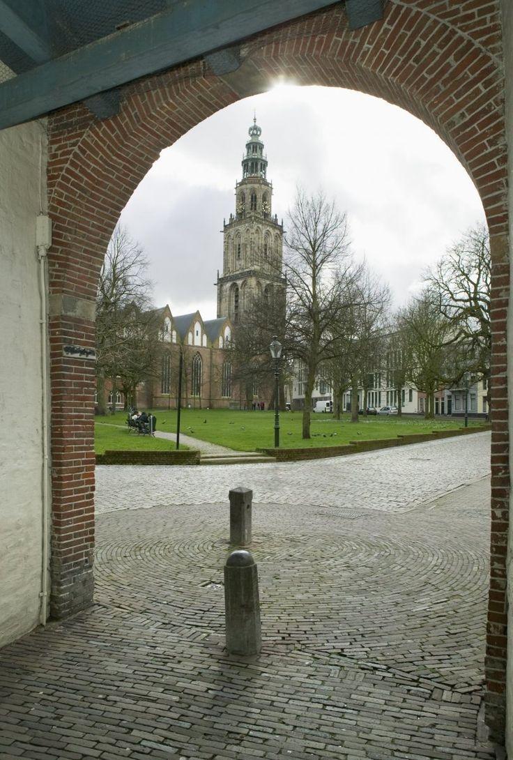 Martinitoren vanaf de Gardepoort (Martinikerkhof). Groningen. The Netherlands.