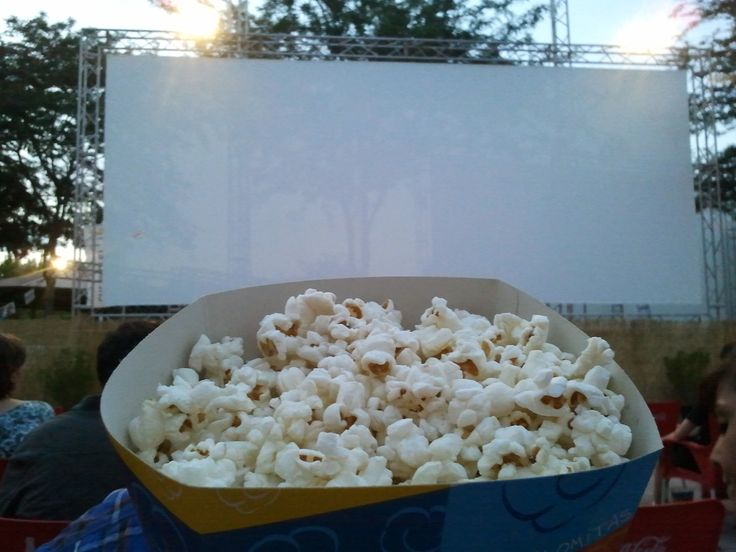 Il cinema all'aperto!!birra e popcorn...wow!!