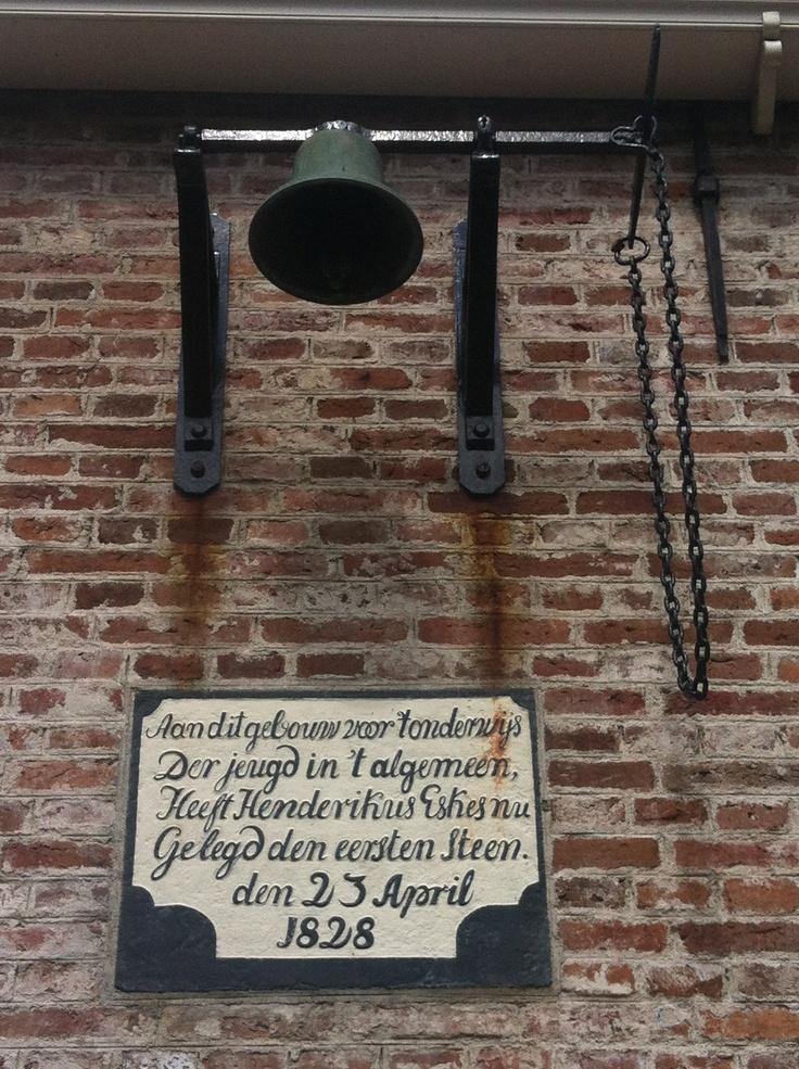 Eerste steen en bel van het schooltje uit Kollum.
