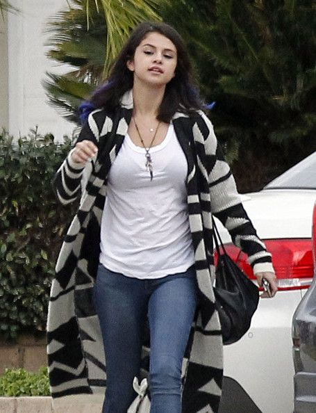 Selena Gomez Photos -  Singer Justin Bieber and girlfriend Selena Gomez seen leaving a friends house after watching the Green Bay Packers NFL game in Sherman Oaks, CA on January 15, 2012. Selena was sporting some blue hair extensions - Selena Gomez And Justin Bieber Leaving A Friends House In Sherman Oaks