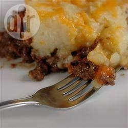 Dit is een heerlijke ovenschotel met lamsgehakt, wortel, kaas en aardappelpuree. Echt een favoriet bij ons thuis. Je kunt het lamsgehakt ook vervangen voor runder- of half-om-half gehakt.