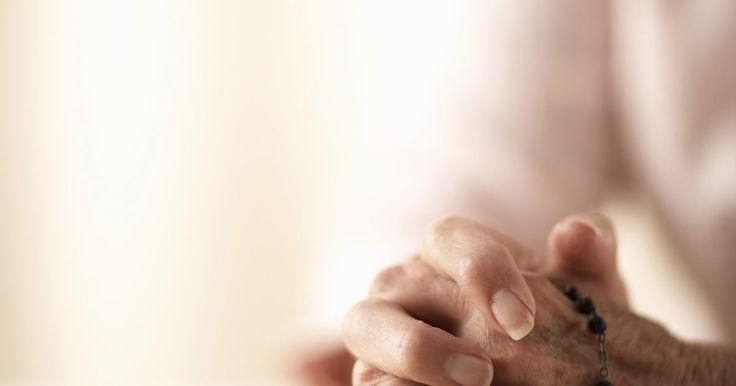 """Como rezar um rosário para uma pessoa falecida. O rosário é uma devoção à Maria, mãe de Jesus de Nazaré, popular entre os católicos. O termo """"rosário"""" refere-se tanto ao conjunto de orações que compõem a devoção, como ao objeto físico, uma linha de contas (terço) utilizada para contar as orações. De acordo com a tradição católica, são Domingos introduziu a devoção em 1214, e o Bem-aventurado ..."""
