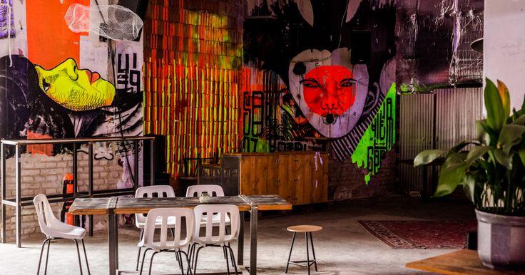 Képzeljünk el egy indusztriális stílusú bárt és belső udvart, ahol megelevenedik az ázsiai utcák hangulata! Képzeljünk még mellé alkoholmámort és némi kártyabarlang...