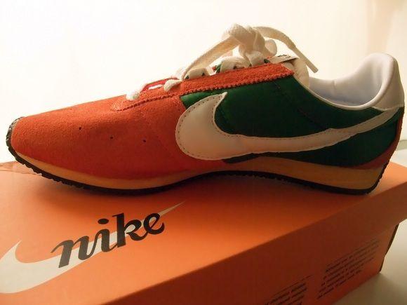 NIKE STING NIKE (ナイキ) 70's 名作中の名作『STING (スティング) 』の復刻版モデルです!!爪先全体を覆うスエードアッパーに、Dリングを採用したシューレースホール☆ そしてなんといってもインパクトのあるカラーリングが秀逸! Deep Orange & Pine Greenの色彩が絶妙なおススメの一品です!