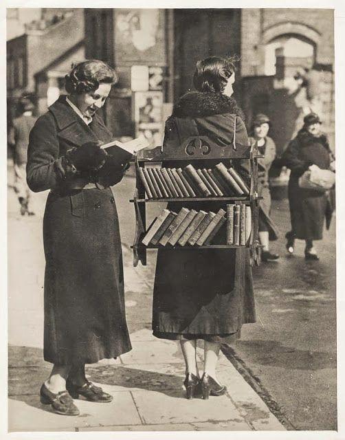 vintage alledaagse: The Walking Bibliotheek, Londen, ca. 1930