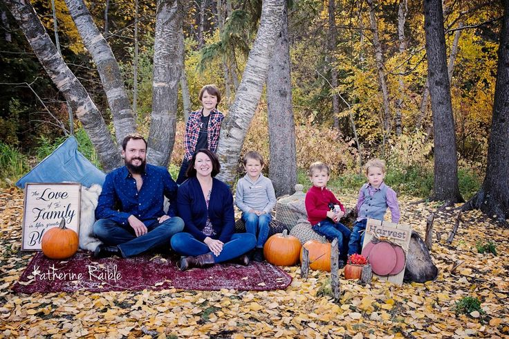 Our Annual Fall Stylized Minis are so much fun!! If you didn't participate this year - book ahead for 2018 www.katherineraiblephotography.com #katherineraiblephotography #Fall2017 #LoveFall #FallYEG #families #fall #fallMinis