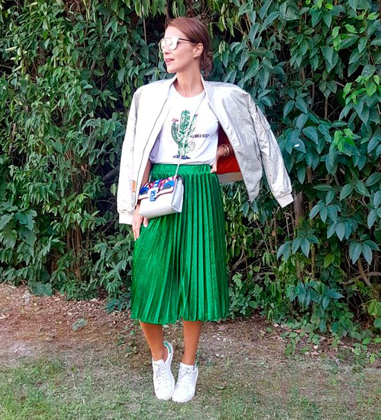 Tras la pista de Paula Echevarría » SILVER BOMBER. White t-shirt with print+green pleated midi skirt+white sneakers+silver bomber jacket+grey crossbody with print+sunglasses. Fall Outfit 2016