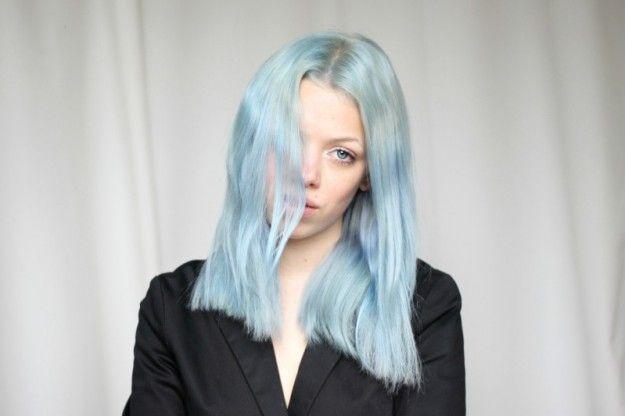 Medium bob con riga in mezzo azzurro serenity - Medium bob con riga in mezzo semplice e tinta Azzurro Serenity per i capelli del 2016.
