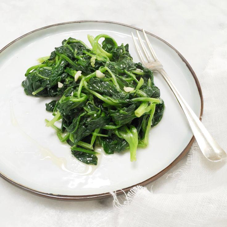 Dit verse spinazie recept is super lekker en ook nog eens heel gezond! Wist je dat als je spinazie gaat bereiden dat je dan... roerbakken geeft een.. smaak