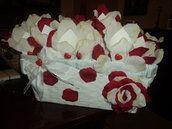 coni per riso e confettata in cartoncino panna , 11X11, completi di cesto.  composizione splendida composta di 25 coni decorati con petali in stoffa panna e rosso disposti sul bordo del cono in modo alternato a formare la ghirlanda di un fiore, mentre gli altri 25 coni sono decorati con un petalo in stoffa di colore panna sul quale spicca un cuore rosso , il cesto nel colore bianco, forma rettangolare con maniglie laterali, dimensioni larghezza 34 × 15 H x 24 profondità.