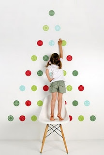 albero - paper circles christmas tree  Calvin would love something like this in his bedroom.  We could put it between their beds.