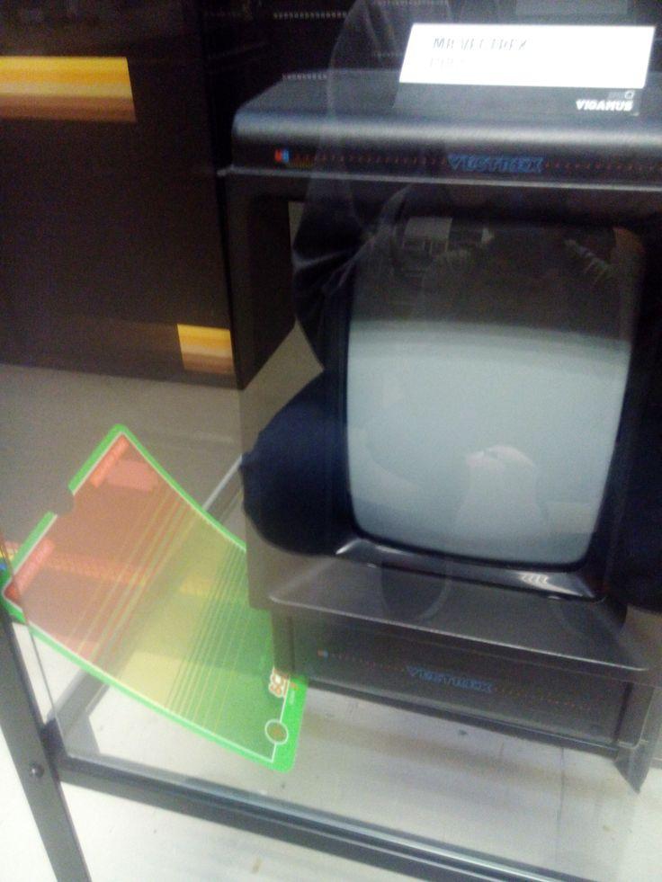 Vectrex, console con grafica vettoriale e vari sovraschermi per simulare un numero maggiore di colori.