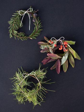 グリーンの枝を長めにカットしてひとくくりにした小ぶりなリース。木の実を挟んでかわいらしく。お正月飾りにも使えそう。