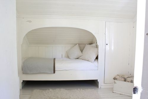 bklyn contessa re:pin :: via handmade charlotte - original source unknown :: simple + cozy {guest or childs room idea}