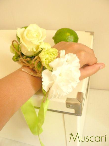kwiatowa bransoletka dla druhny w kolorach biało limonkowym