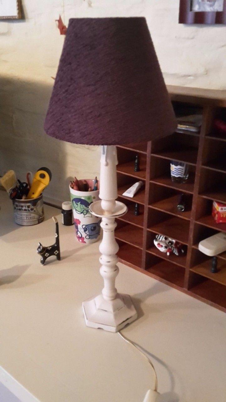 Excelente velador antiguo de bronce macizo con detalle de torneado reciclado a nuevo en color blanco con efecto decapado. Pantalla de chenille color violeta nueva, instalación eléctrica a nuevo también. ¡Listo para ser usado! MEDIDAS: 53 ms de altura total.